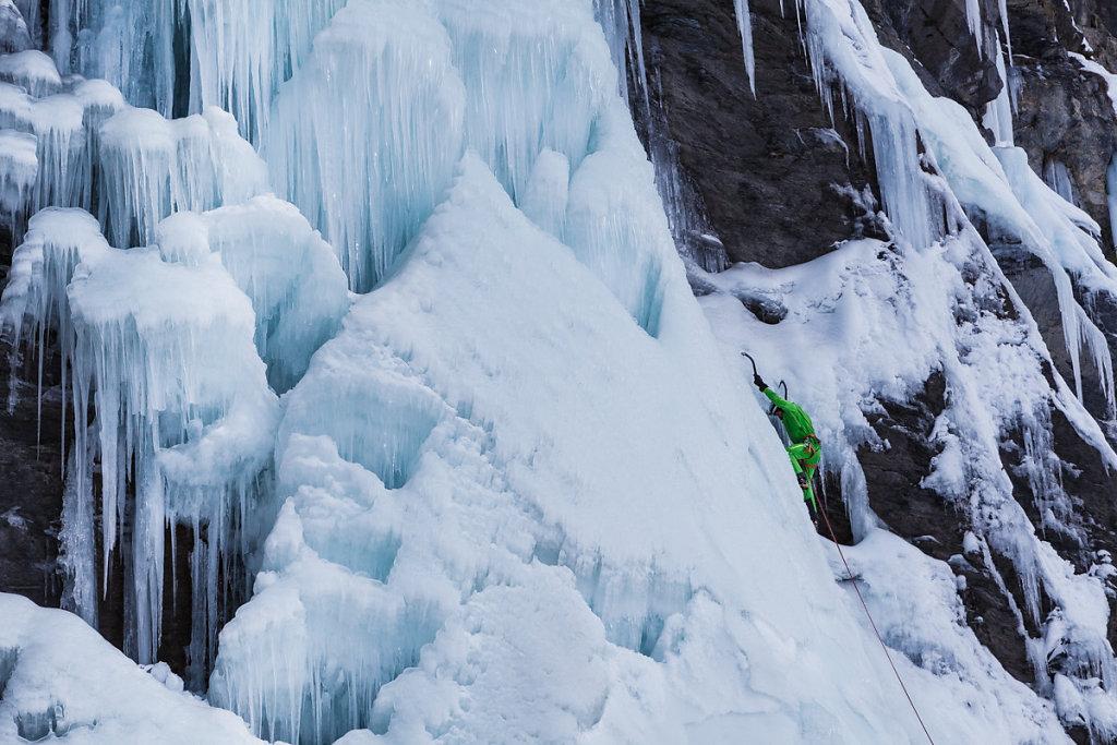 Ice climbing in Fournel. Cascade de glace dans la vallée du Fournel.