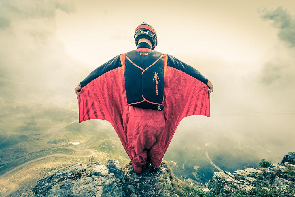 Ready to jump with wingsuit. Prêt à sautr en wingsuit.