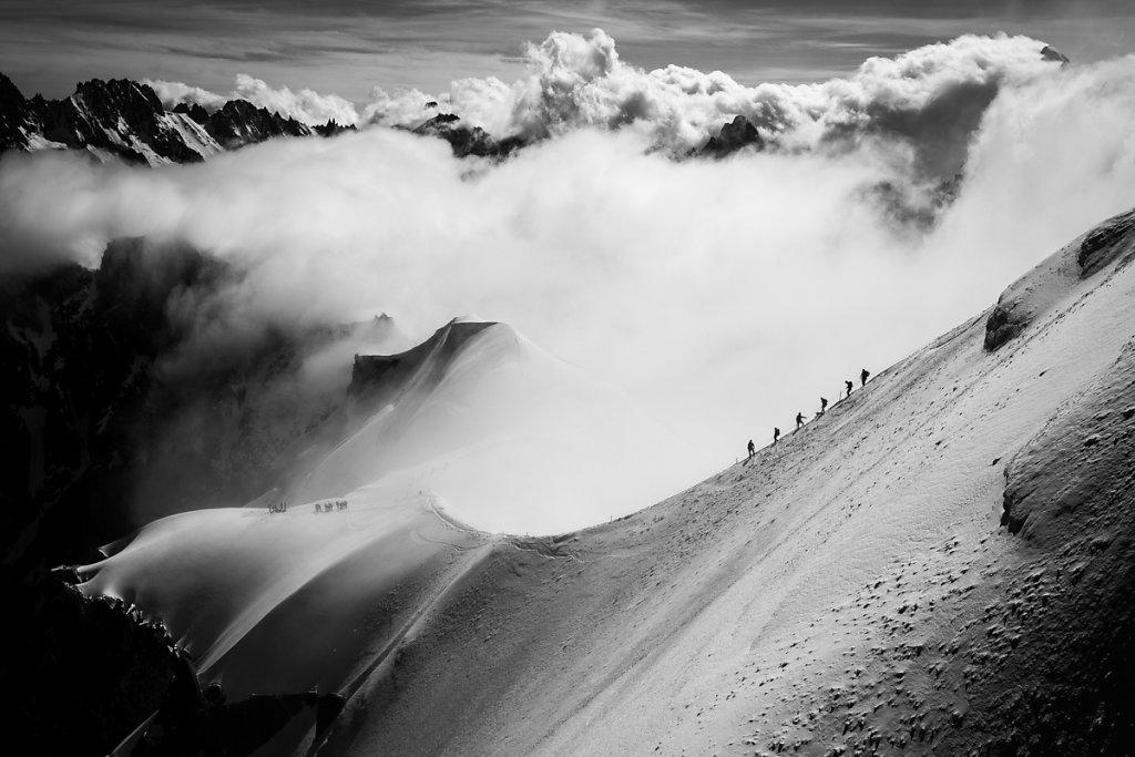 Rope team on the Aiguille du Midi ridge. Cordée sur l'aiguille du Midi.