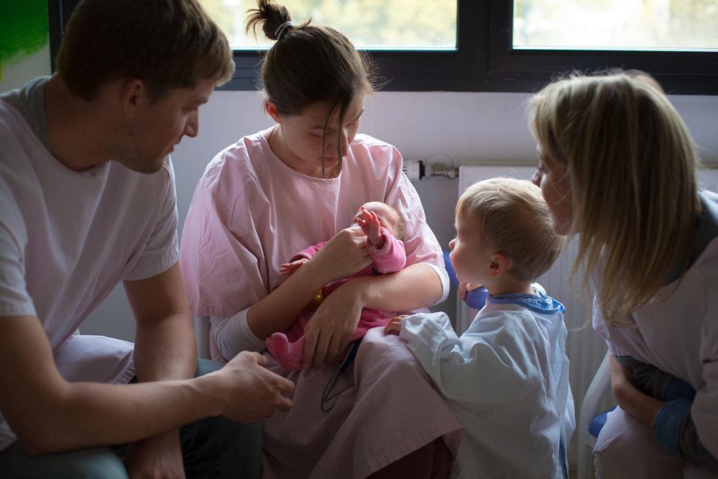 J28–Le bébé est stabilisé et peut être « déscopé » l'espace d'une heure pour se rendre en « salle des familles ». Les visites sont prévues à l'avance et se déroulent avec l'accord de l'équipe médicale.