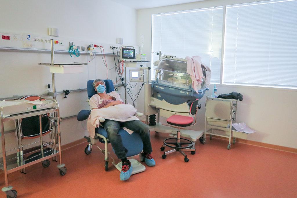J11– Rare moment de détente. Un jour sur deux,  le père fonce après le travail retrouver son bébé.