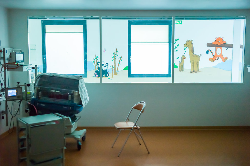 J11–Les parents font leur maximum pour être présents auprès de l'enfant hospitalisé mais les contraintes du quotidien laissent ce vide douloureux, charge à l'équipe médicale de prendre soin de l'enfant en leur absence.