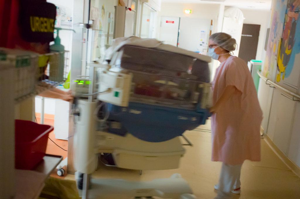 J9– Le bébé respire seul. La surveillance peut s'alléger, l'enfant est transféré en service de Néonatalogie. 1ère grosse étape vers la sortie.