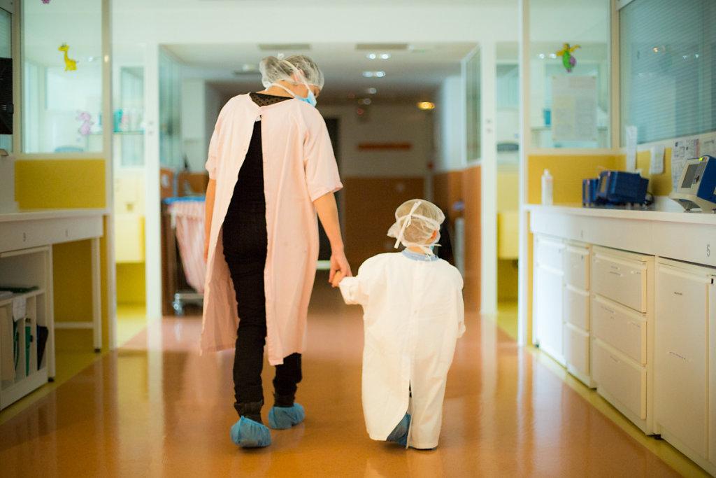 J8– 1ère visite du « grand » frère. En service de réanimation néonatale, seuls les frères et sœurs et les grands-parents sont autorisés à rendre visite au bébé. Elles se font au compte goutte et sous surveillance pour lui éviter tout stress.