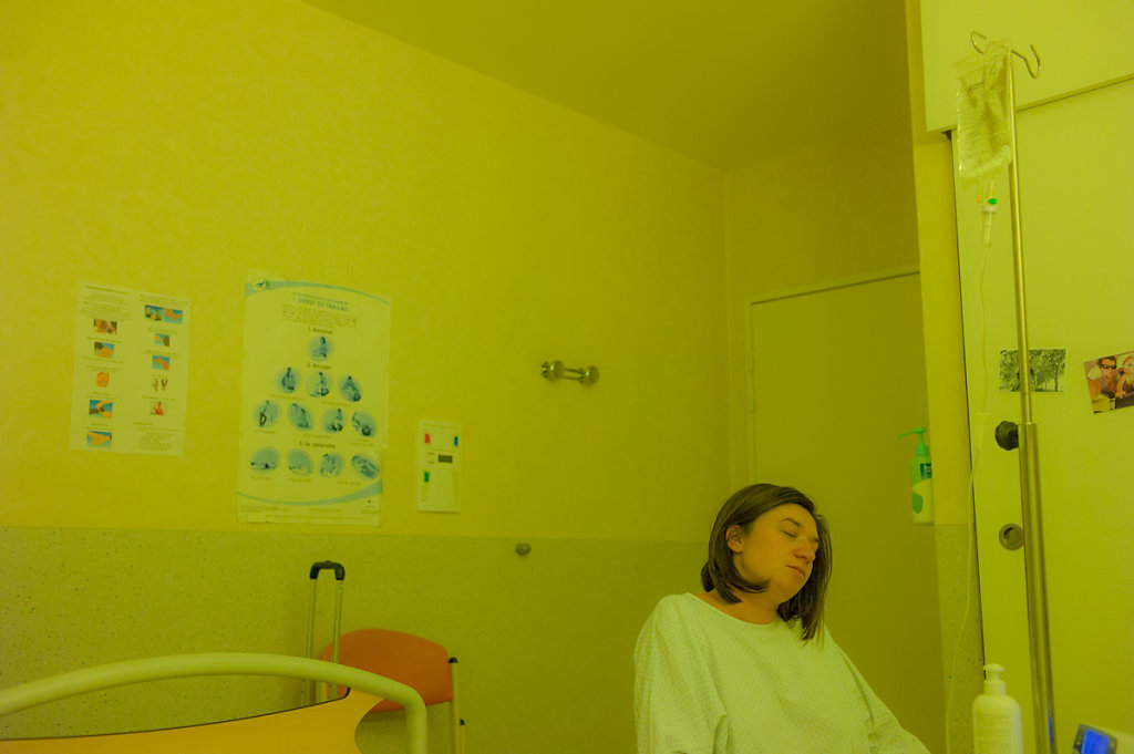 J0-10h00 - 33 semaines d'aménorrhée (7 mois de grossesse). Après un mois d'hospitalisation pour pré-éclampsie, les corps lâchent. L'équipe médicale décide de déclencher l'accouchement et laisse 24h à la mère pour accoucher par voie basse.