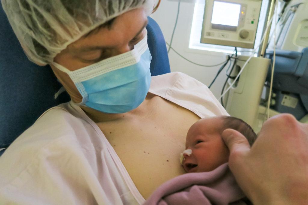 J11 – Le câlin en peau à peau est favorisé et encouragé au maximum pour renforcer le lien parent/enfant.