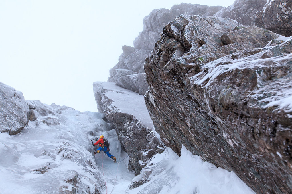Climbing the Minus 2 gully in Ben Nevis. Ascnesion du Minus 2 gully, au Ben Nevis.