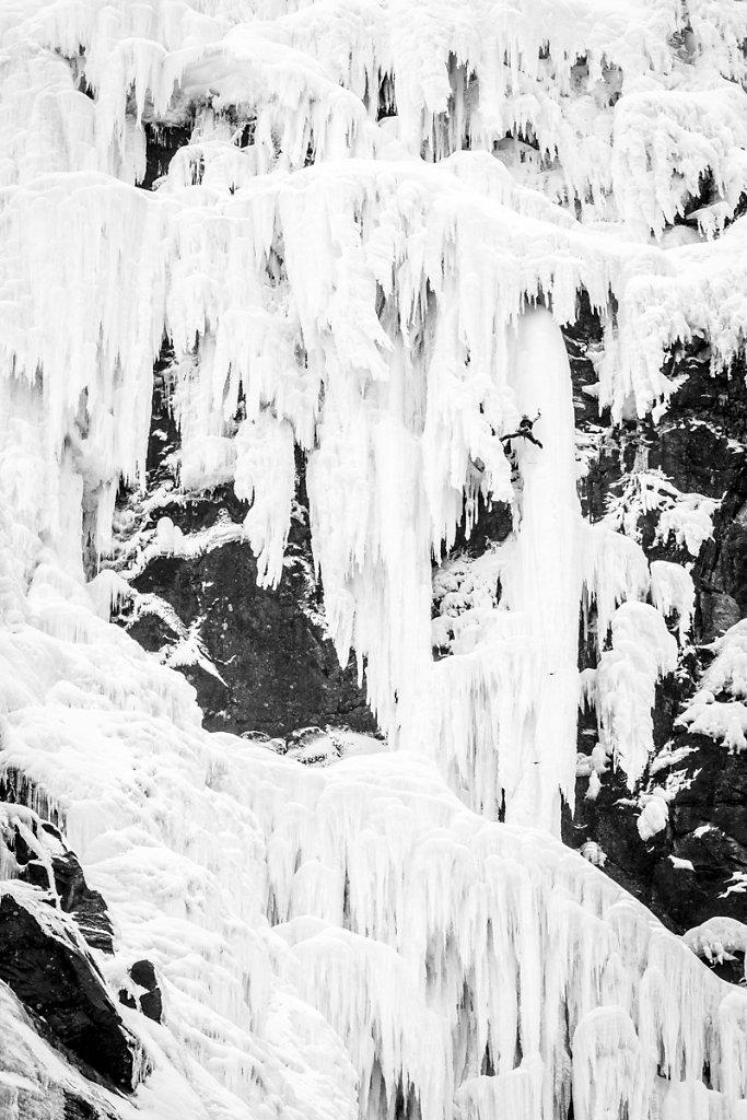 Climbing highest frozen water fall in Norway. Escalade de la plu