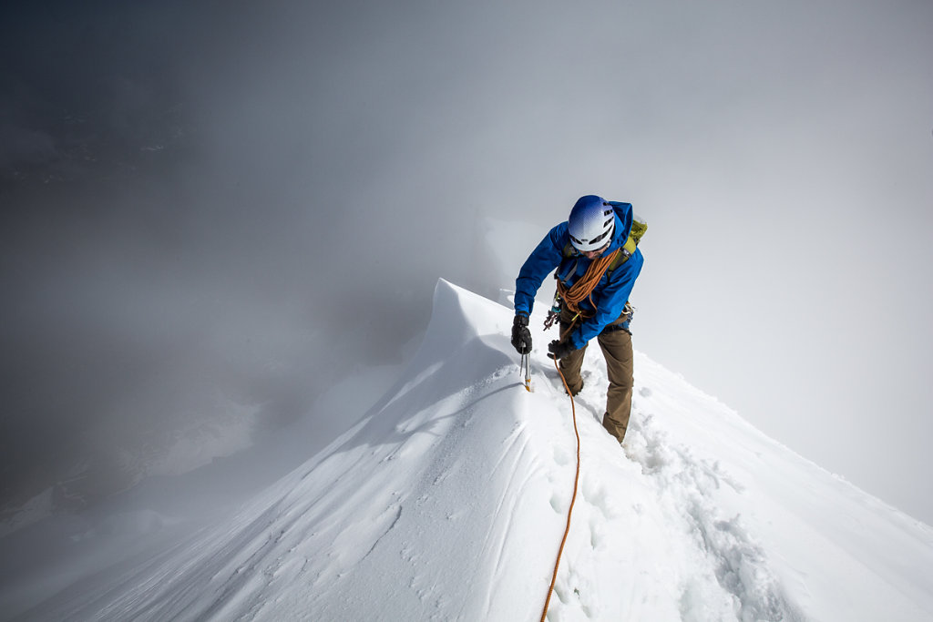 Alpinist on Midi-Plan ridge. Alpiniste sur l'arête Midi Plan.